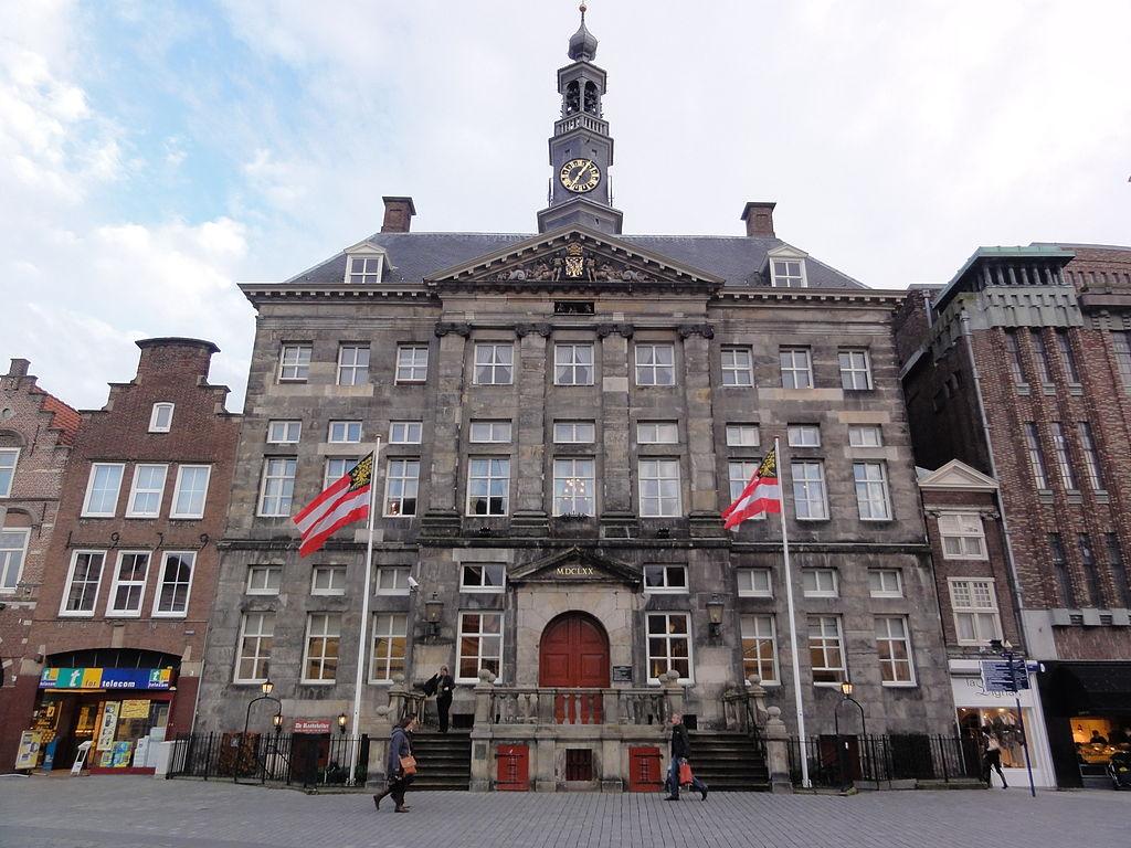1024px-'s-Hertogenbosch_Rijksmonument_21719_Stadhuis,_Markt_1
